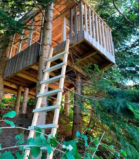 Et fantastisk legehus i trætoppen - lavet af genbrugstræ fra genboens træterrasse.