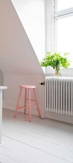 Mal radiatoren i samme farve som væggen eller i en helt anden nuance.