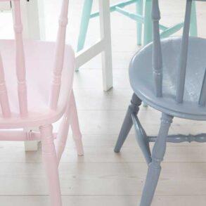 mal dine loppefund og gamle stole i forskellig farve