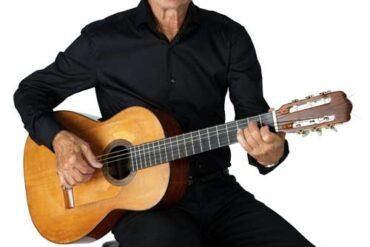 Eddie Skoller sidder med sin guitar