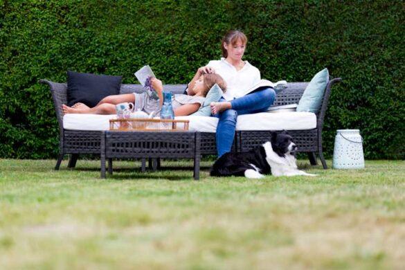 Mia Wagner holder af at slappe af i haven med en god bog.
